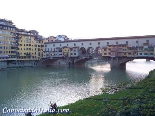 Nótese el Pasillo Varisiano encima de las bodegas del puente viejo