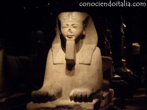 Estatua Egipcia dentro el Museo Egipcio de Turín