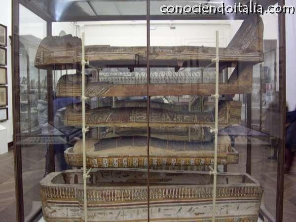 Momia y sarcofagos de conservación